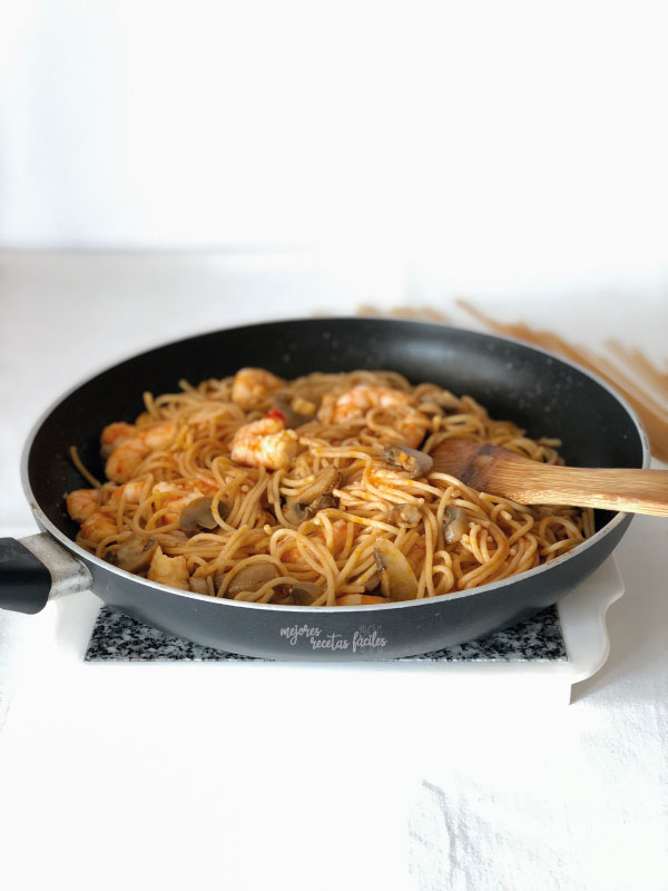spaghettis con gambas y champiñones