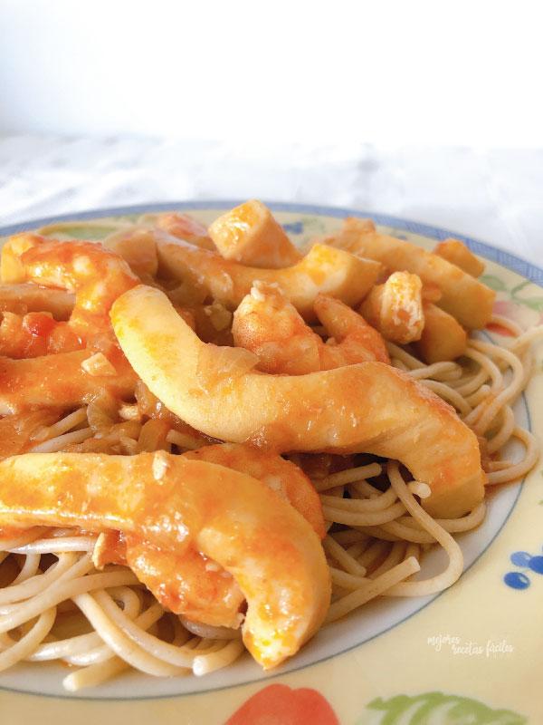spaghettis con pota y langostinos